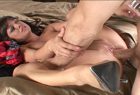 Brunette harlot Sadie West spred wide getting pussy hammered with thick cock